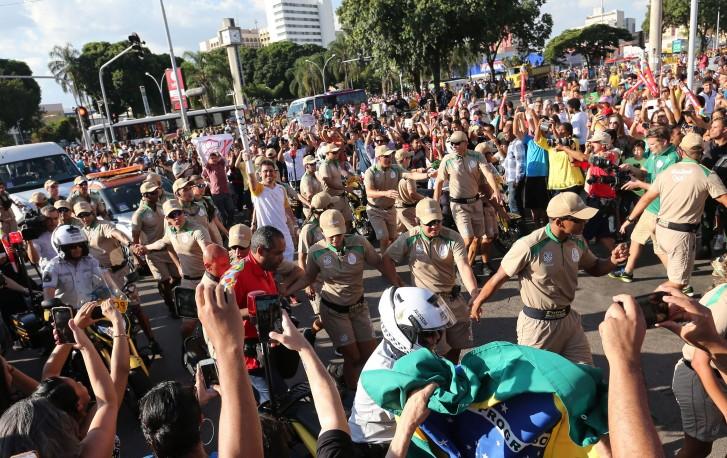 Público assiste a passagem da tocha olímpica por Taguatinga