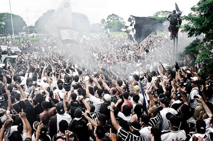 multidão alvinegra concentrada na praça