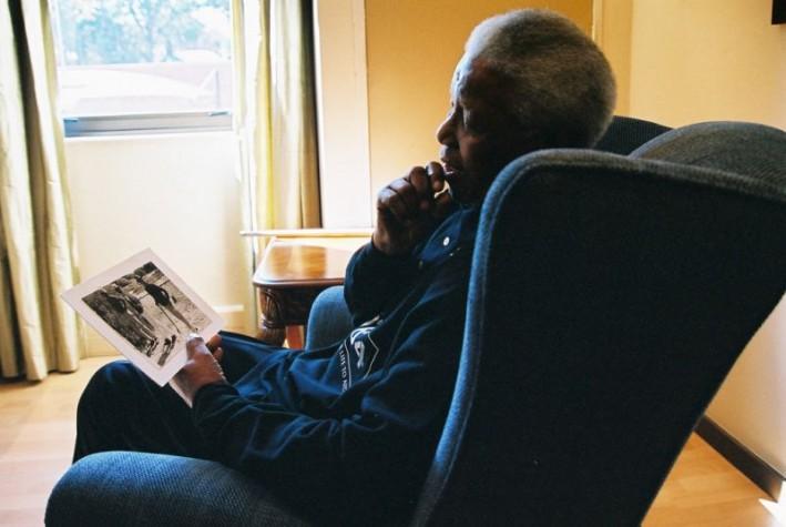 Nelson Mandela observa foto de visita à Ilha Robben