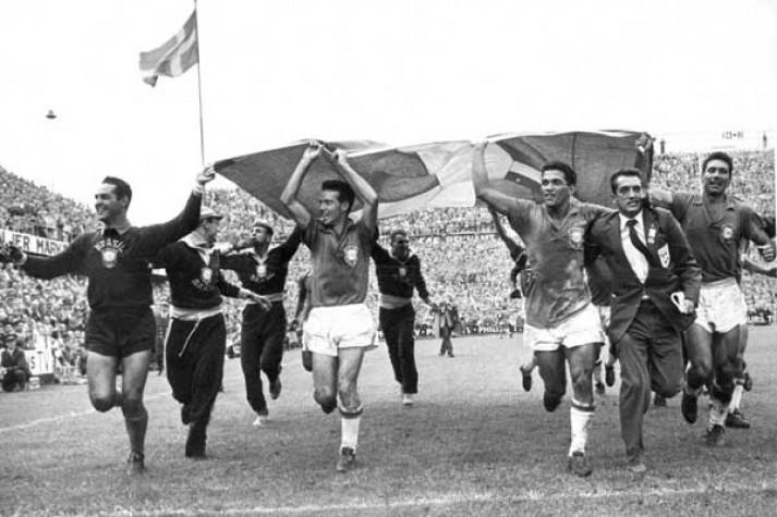 Brasil comemora conquista da Copa de 1958 com a bandeira da Suécia