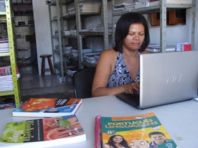 zenilde pedagoga feira  livros usados